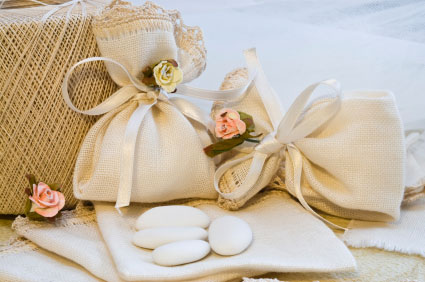 These sachets can be made at home with little creativity, you can choose the colors according to wedding theme