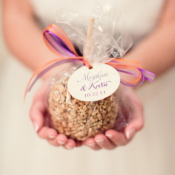Let your guests enjoy sweet taste of wedding favors,
