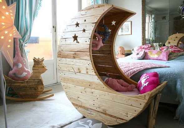 It is a nice swing bed, made of pallets of wood and takes the shape of the moon.